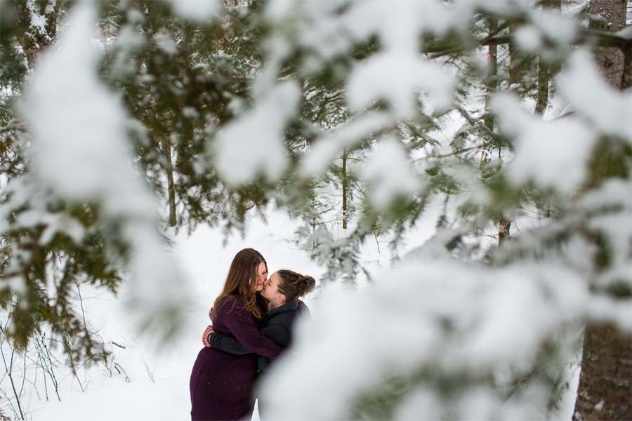 yow_engagement_ottawa_wedding_photographer_rob_whelan_lovewins_wakefield_kiss_snow
